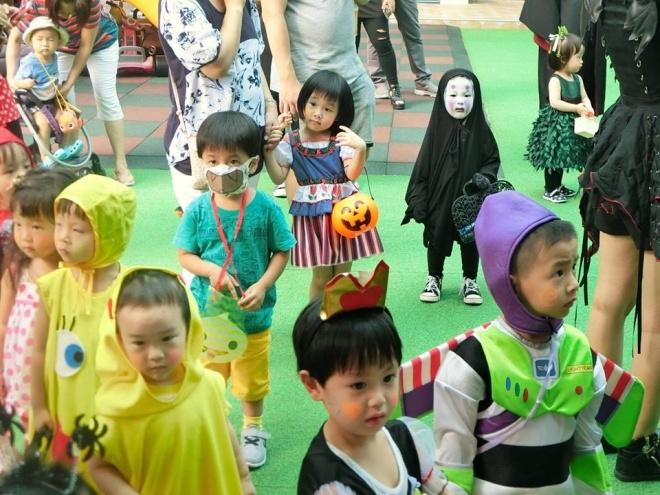 Bé gái hóa trang Vô Diện trong Halloween