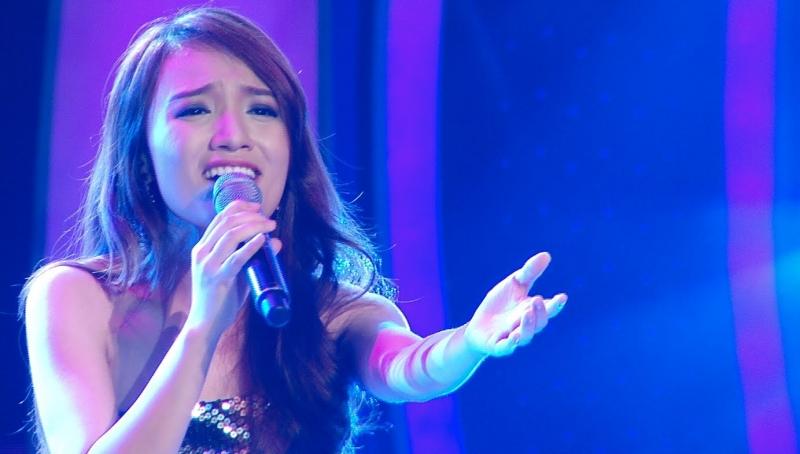 Ca sĩ Nhật Thủy (học viên nhà trường) tự tin trong đêm chung kết Việt Nam Idol