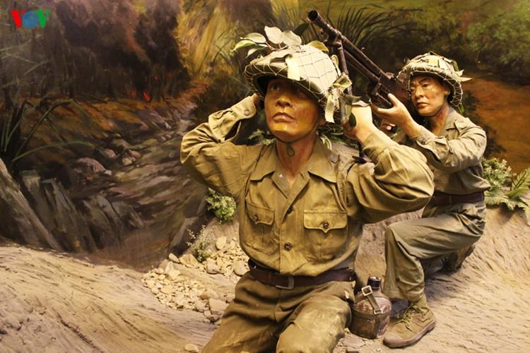 Bế Văn Đàn - Lấy thân mình làm giá súng tại Điện Biên