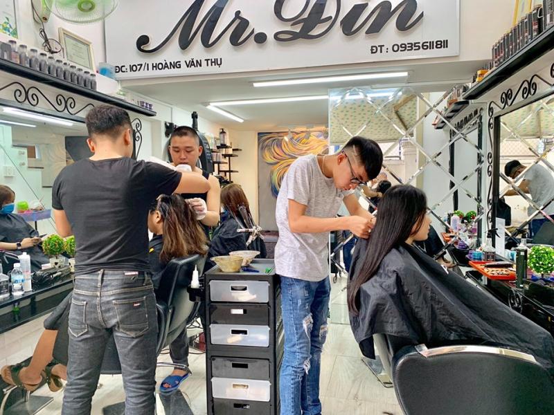 Nhân viên thân thiện của Beauty Salon Mr.Đin là những chuyên gia trong việc nhuộm tóc và tạo kiểu luôn sẵn sàng nhận lịch hẹn của các bạn
