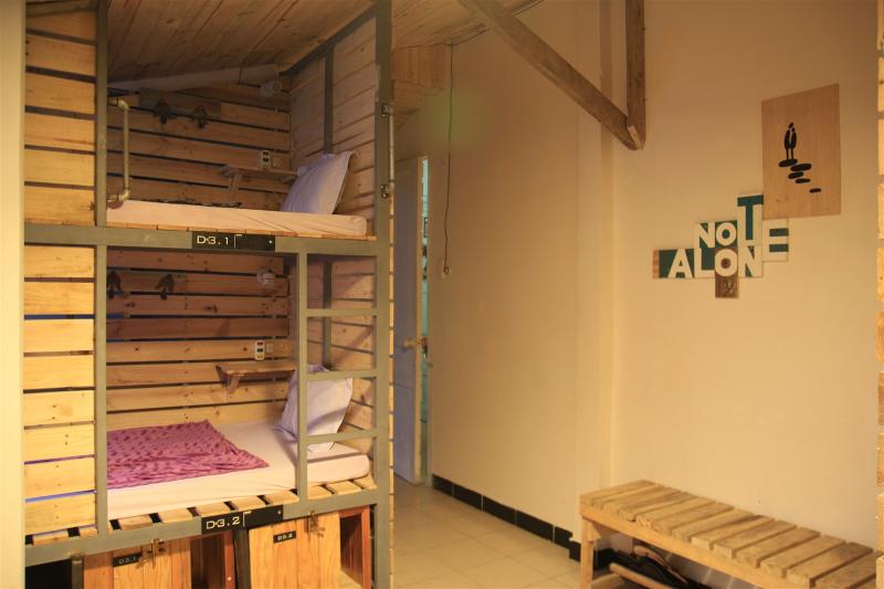 Các phòng đơn thì cực kỳ sáng tạo, hai trong số đó bên trong phòng còn có xích đu hướng thẳng ra góc đường siêu đẹp