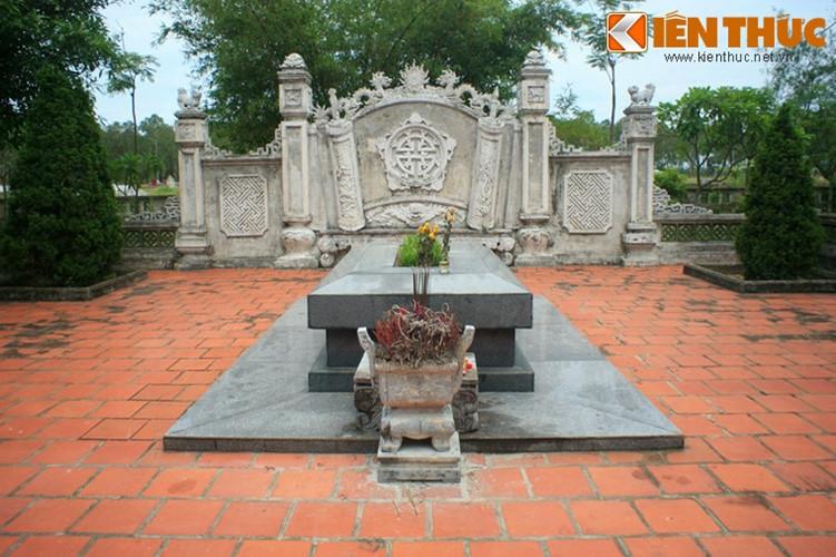 Bên mộ cụ Nguyễn Du