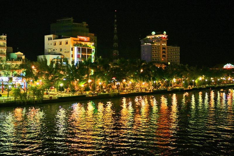 Bến Ninh Kiều nằm bên bờ sông Hậu hiền hòa