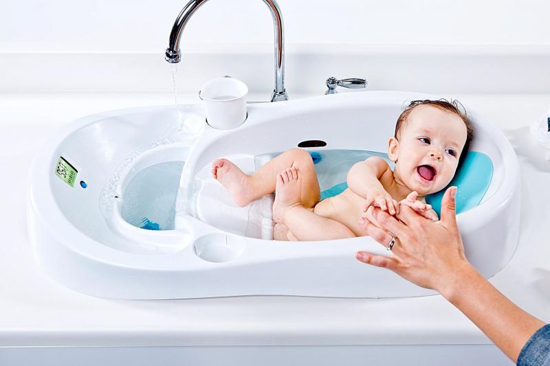 Thường xuyên tắm cho trẻ và vệ sinh thân thể cho trẻ là một cách phòng bệnh tay chân miệng.