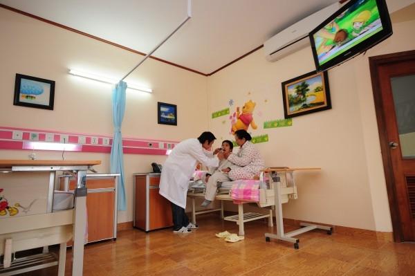 Bác sĩ tại bệnh viện Đa khoa Hồng Ngọc đang thăm khám cho bệnh nhân