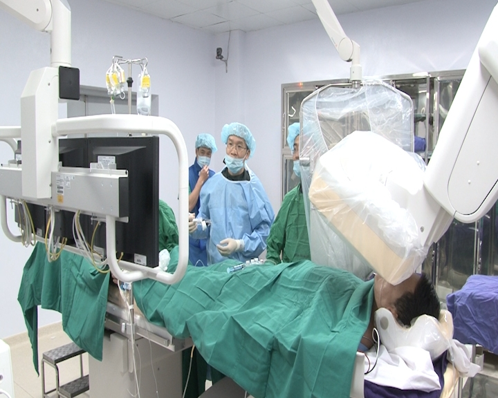 Bs bệnh viện Tim Hà Nội đang làm việc tại phòng khám tim của bệnh viện Bãi Cháy