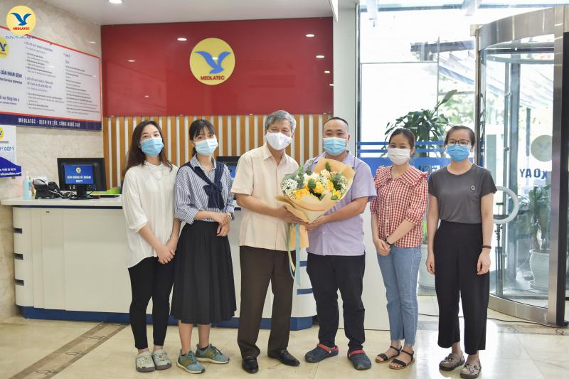 Chủ tịch Hội đồng cố vấn MEDLATEC GS.AHLĐ Nguyễn Anh Trí tặng hoa động viên các CB y tế lên đường chi viện cho Bắc Giang.