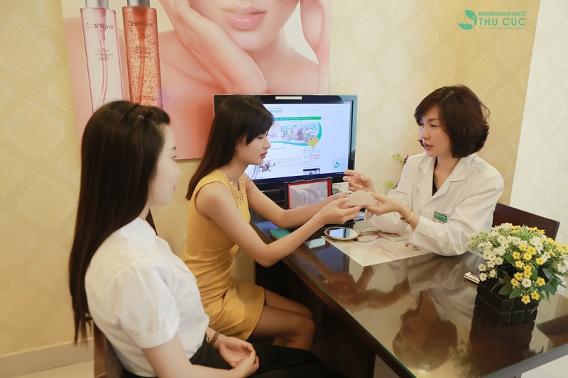 Bác sĩ tại Bệnh viện Đa khoa Quốc tế Thu Cúc đang nhiệt tình tư vấn cho khách hàng