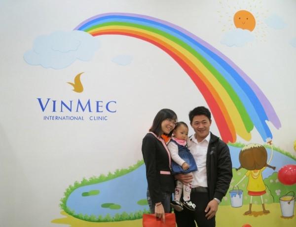 Cả gia đình chụp hình lưu niệm tại Bệnh viện Đa khoa Quốc tế Vinmeca
