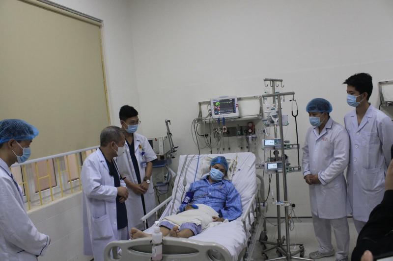 Nhân viên Y bác sỹ Bệnh viện E Hà Nội thăm khám cho bệnh nhân đang được điều trị