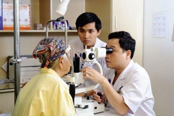 Khám thị lực cho bệnh nhân