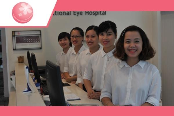 Đội ngũ lễ tân tại Mắt quốc tế Nhật Bản