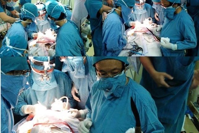 Bác sĩ Đào Trung Hiếu và ê kíp mổ lấy dao ra khỏi đầu, cứu sống bé trai 11 ngày tuổi theo quy trình báo động đỏ.