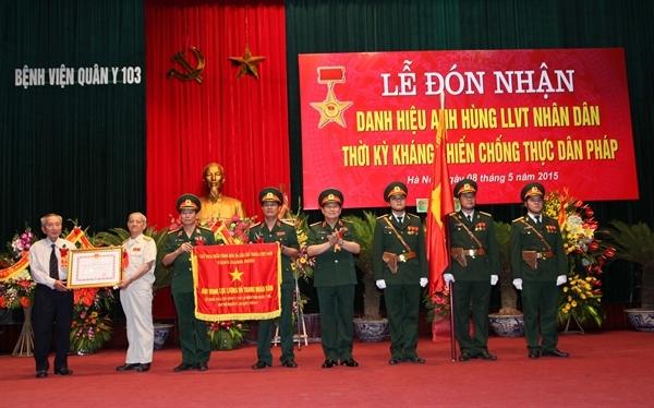 Các cán bộ - chiến sĩ của Bệnh viện Quân Y 103 nhận danh hiệu
