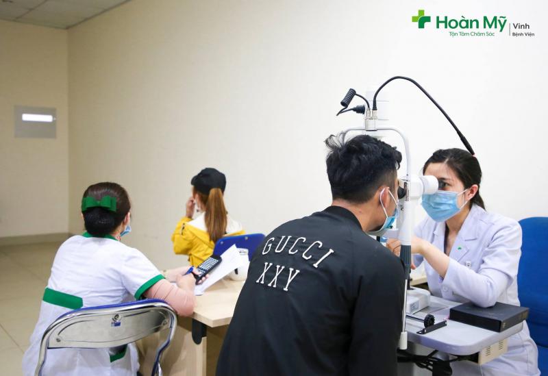 Bệnh viện Quốc tế Vinh - Hình ảnh bác sĩ đang khám mắt