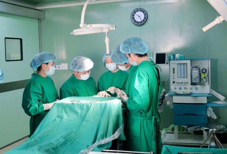 Bác sĩ Bệnh viện thẩm mỹ JW Hàn Quốc phẩu thuật hàm hô cho bệnh nhân