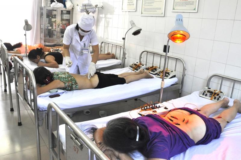 Châm cứu cho bệnh nhân tại bệnh viện