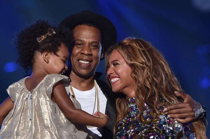 2 bố con đến ủng hổ Show diễn của mẹ Bee