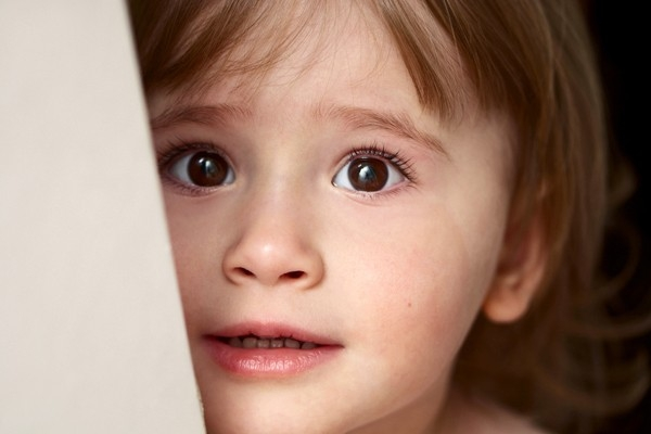 Trẻ em khi bị đe dọa cũng thường có xu hướng thu mình lại bởi chúng sợ bị trách phạt.