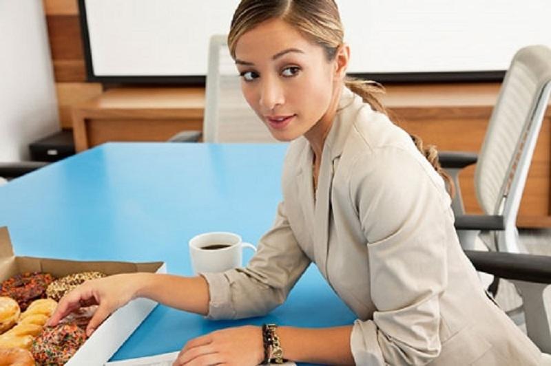 Nếu không muốn tăng cân phụ nữ nên tránh ăn bánh mì, coca, đồ chiên,.. khuyến mại