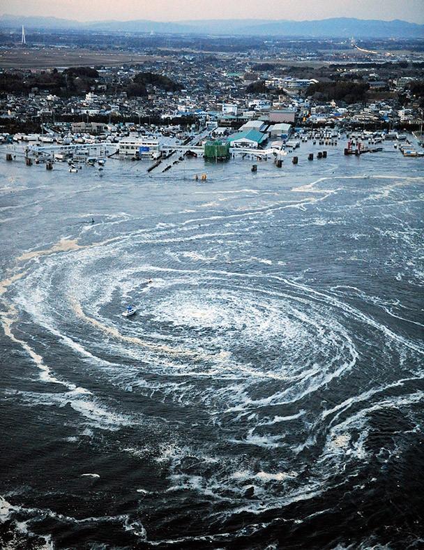 Xoáy nước hình thành ở ngoài khơi tỉnh Ibaraki ngày 11/3/2011. Ảnh: Reuters.