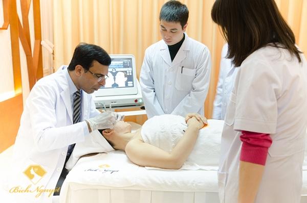 Chuyên gia nước ngoài trực tiếp chăm sóc da cho khách hàng tại Bích Nguyệt Spa