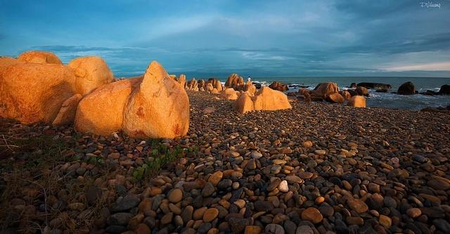 Biển Cổ Thạch được trung tâm sách kỷ lục Việt Nam công nhận là bãi đá có hình dạng và màu sắc đẹp nhất Việt Nam.