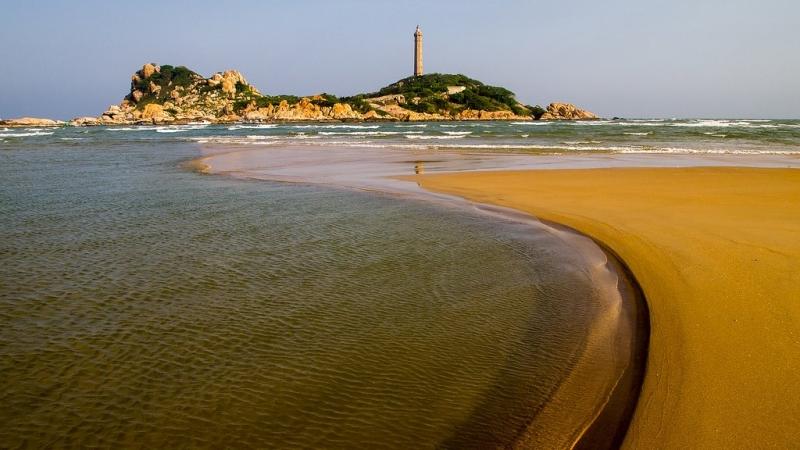 Vùng biển ở Mũi Kê Gà có cảnh quan hoang sơ, nước xanh trong, những phiến đá có hình thù kỳ dị độc đáo và ngọn hải đăng cổ sừng sững với biển trời, cách thành phố Phan Thiết, Bình Thuận khoảng 20 km.