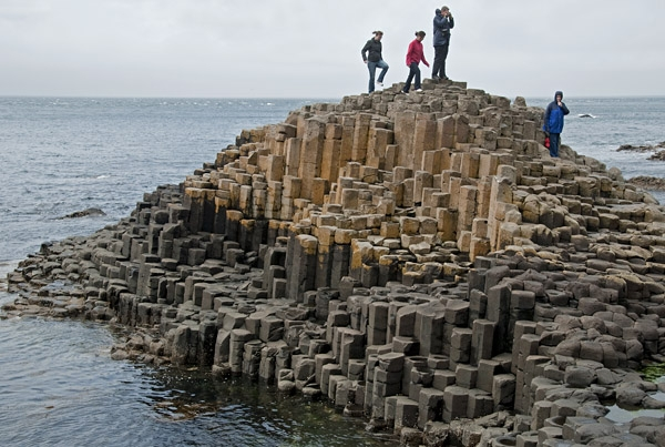 Những cột đá có hình dạng độc đáo này được tạo ra từ dung nham của núi lửa, qua bàn tay sắp đặt khéo léo của Mẹ thiên nhiên, lại vô tình tạo nên một tuyệt tác khó nơi nào có được.