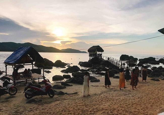 Cách TP.Huế khoảng 50 km, biển Lộc Bình là nơi thích hợp cho những ai thích được đắm mình trong làn nước xanh mát mà yên tĩnh
