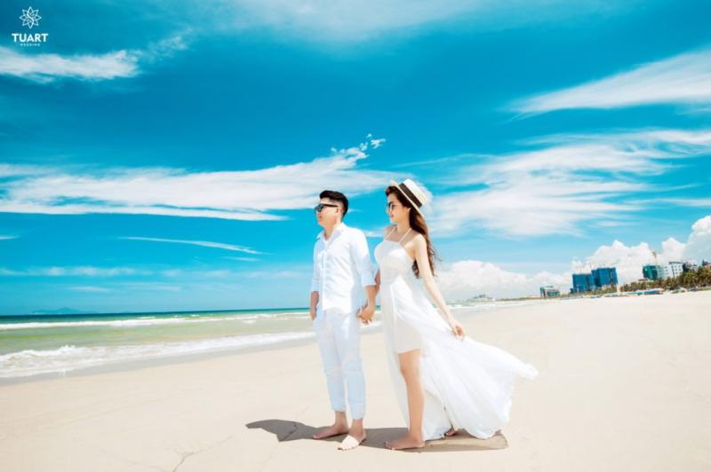 Cát trắng, nắng vàng, cô dâu chú rể rạng ngời hạnh phúc