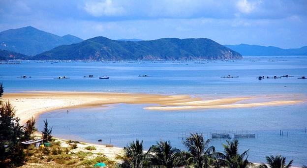 Biển Thiên Cầm xanh và sạch, bạn sẽ như được thả hồn khi đi dạo khắp bờ biển