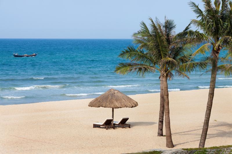 Khách du lịch Huế muốn chiêm ngưỡng bãi biển Thuận An chỉ phải mất chừng 15 phút đi taxi