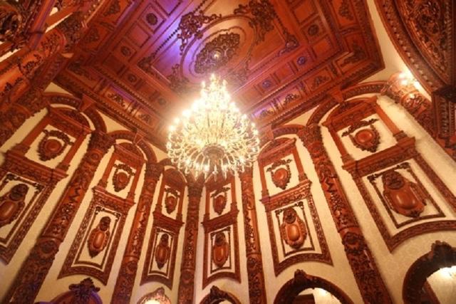 Hệ thống đèn cao cấp để làm nổi bật thiết kế của trần nhà