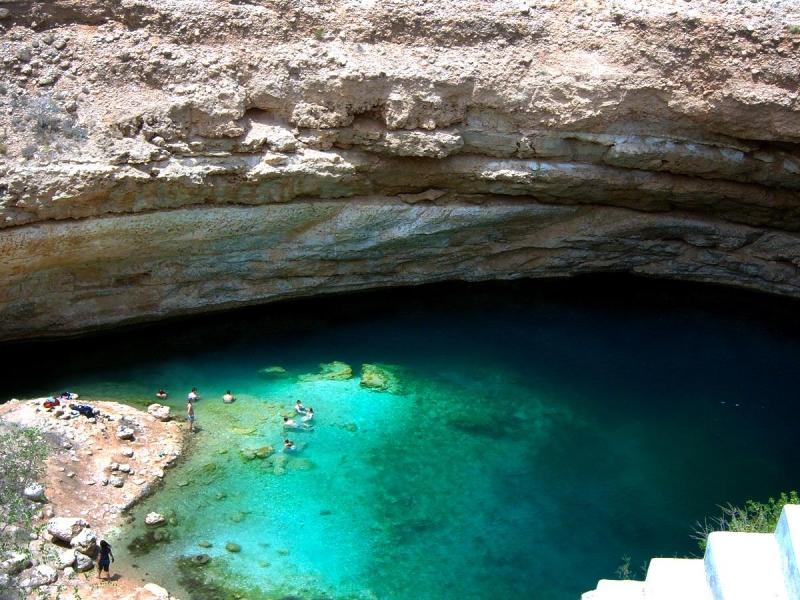Nước hồ trong veo, xanh thẳm mang lại cho du khách cảm giác thư giãn thoải mái