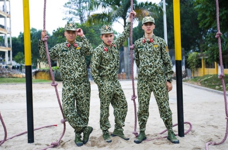 Bình An (bên phải) và các đồng đội