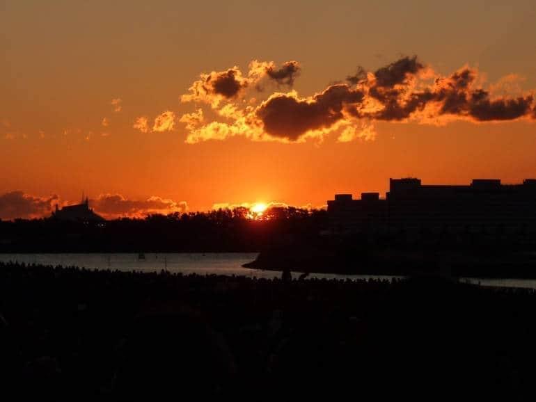 Phía đằng đông, ông mặt trời thức dậy, vứt bỏ chiếc chăn mỏng.