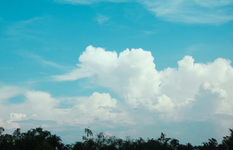 Trên không, từng đám mây trắng, xanh với các hình thù kì lạ đang nhè nhẹ trôi.