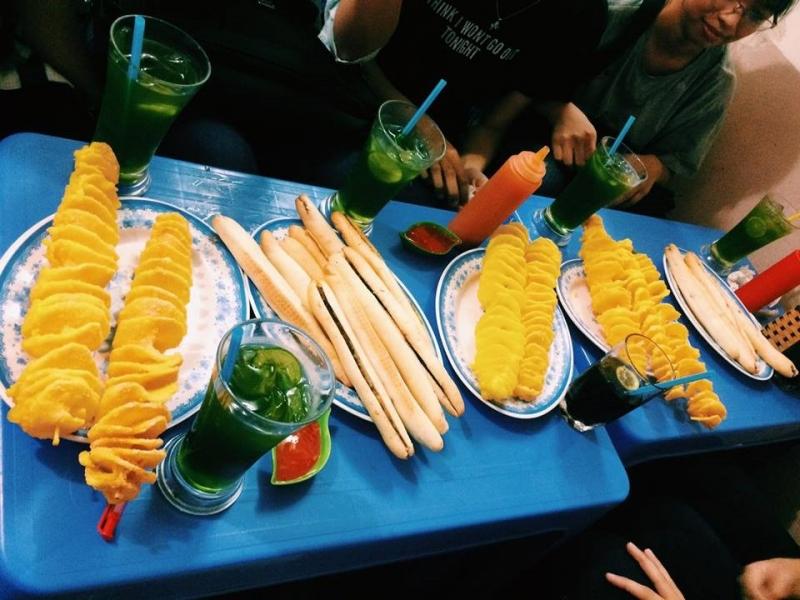 Bánh mì cay, khoai tây lốc xoáy và đồ uống ở Bình Ngân quán