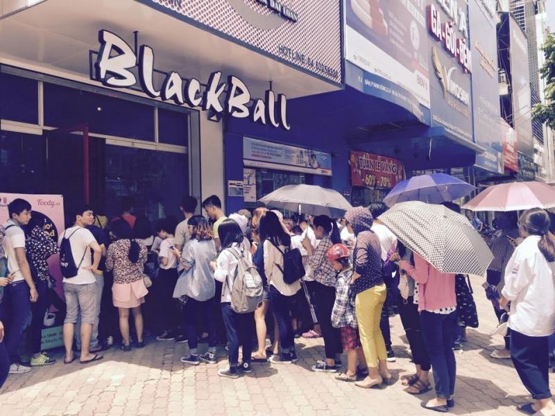 Rất đông người xếp hàng chờ trước quán và giờ cao điểm