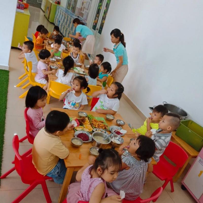 Trẻ được chăm sóc từ bữa ăn đến giấc ngủ
