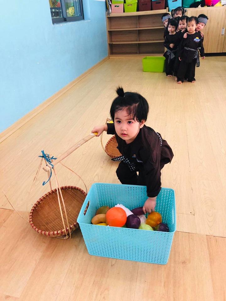Bên cạnh việc học tập, bé còn thường xuyên được tham gia các trò chơi dân gian bổ ích vô cùng