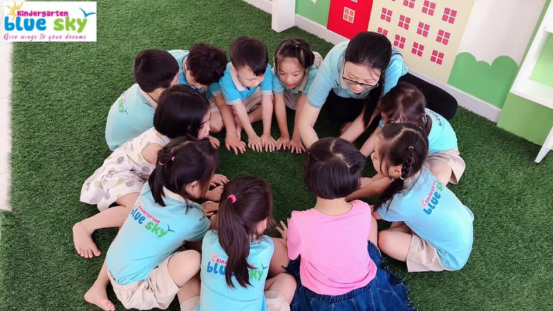 Trẻ được học tập và vui chơi trong môi trường cơ sở vật chất hiện đại, thoải mái, vui vẻ.