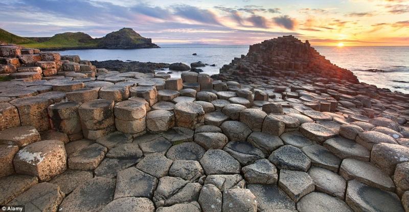 Những cột bazan khổng lồ biến Giant's Causeway giống một địa điểm ngoài hành tinh