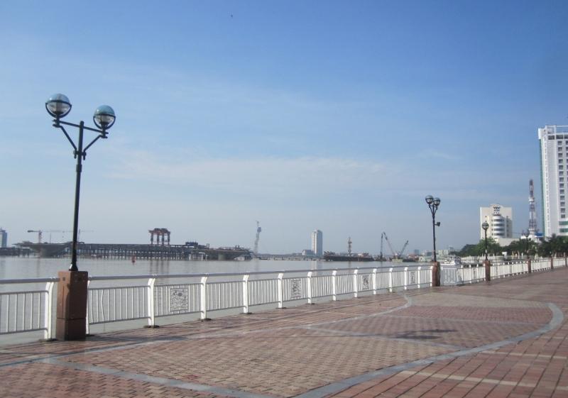 Cùng nhau trò chuyện, ngắm cảnh bên bờ đông sông Hàn thì còn gì tuyệt vời bằng!
