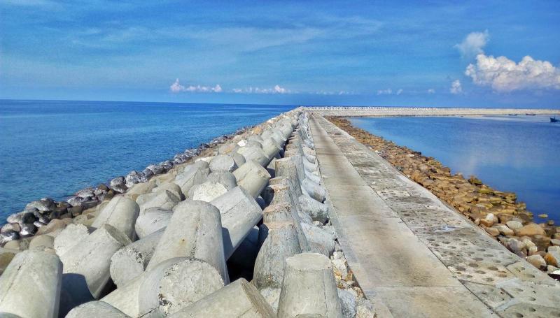 Tuyến bờ kè dài gần 2.5km này giúp bảo vệ cuộc sống và các công trình trên đảo.
