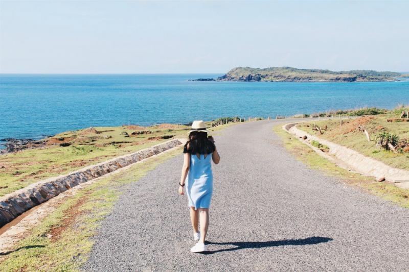 Bờ kè Ngũ Phụng còn là một nét đẹp đặc trưng của đảo, là một trong những địa điểm đầy lãng mạn và thi vị cho những ai yêu thiên nhiên