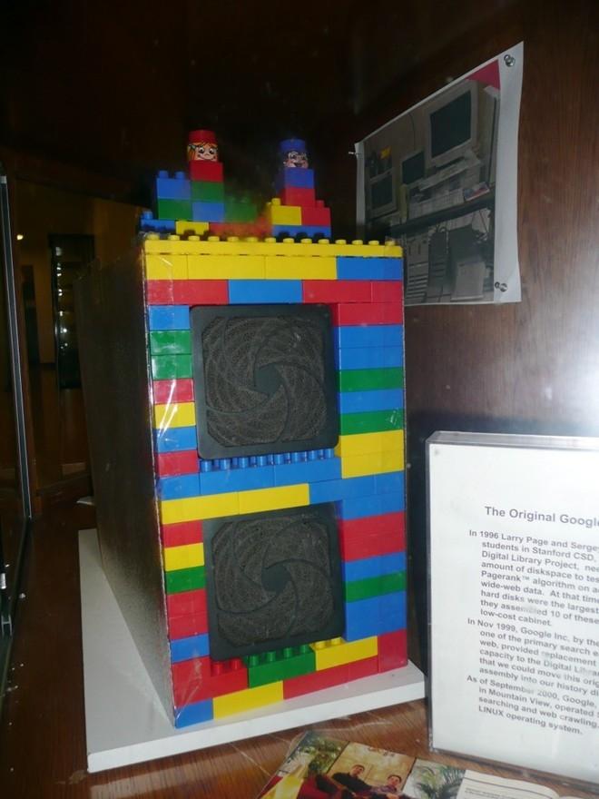 Bộ lưu trữ đầu tiên của Google được bọc bằng các khối lego và chỉ có dung lượng 40 GB