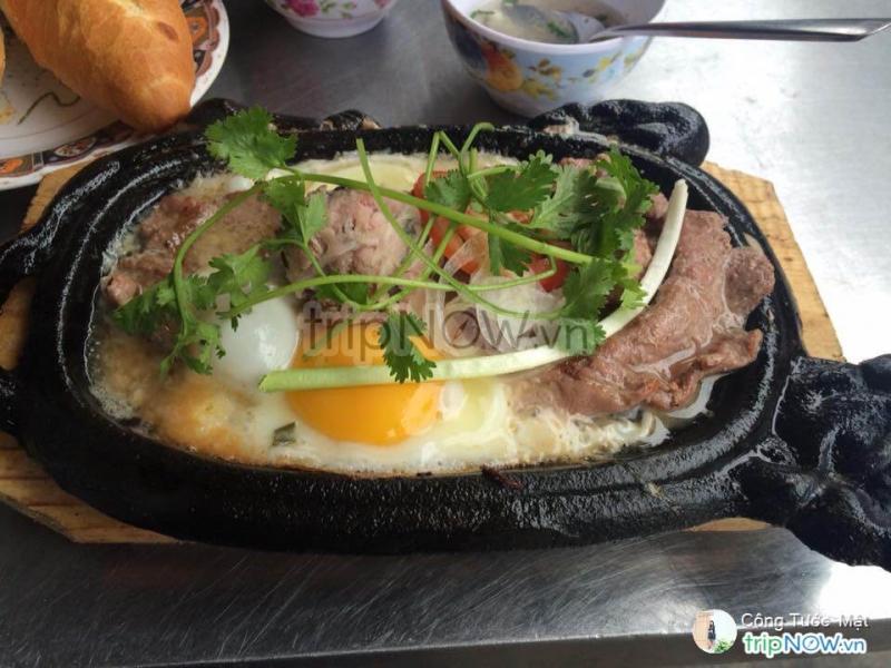 Xé một miếng bánh mì đặc ruột chấm cùng với bát nước lèo và nước sốt đậm đặc, thêm chút thịt bò, xíu mại, trứng, cà chua, thật khiến người ta mê mẩn.