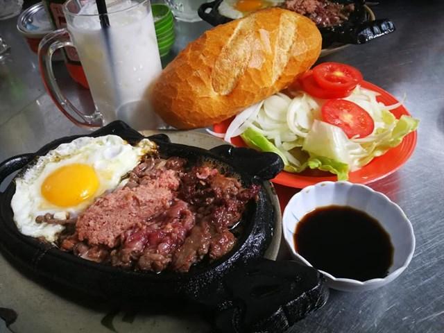 Bò né Thanh Tuyền với salad bánh mì kèm theo
